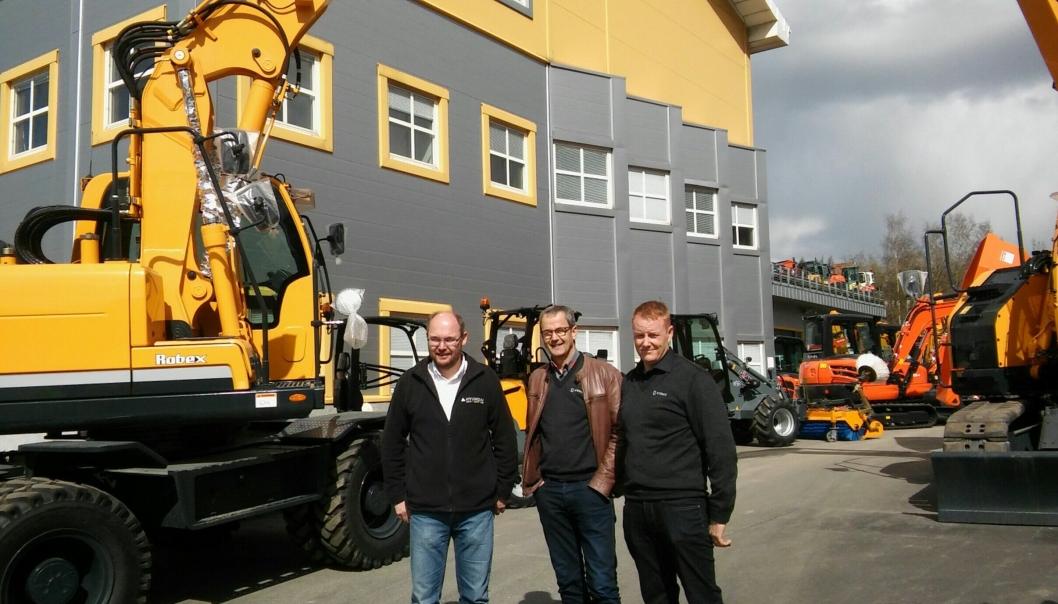 Fra åpent hus hos Hymax på Alnabru i Oslo fredag 22. april. Fra venstre: Paul Endresen, salgssjef Hyundai, daglig leder i Hymax Helge Borud og Lars Thomas Kihle, butikksjef.