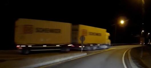Her kjører vogntoget forbi på feil side av rundkjøringen