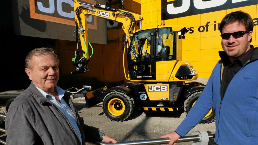 Entreprenør Kjell-Arne Schjørn (t.v.) falt pladask for JCBs nye Hydradig (i bakgrunnen). Han har allerede bestilt én av selger Jon Boye Lie (Rosendal Maskin).