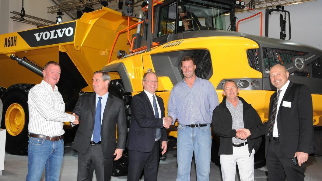 Fra venstre: Carl Zietsman, Martin Weissburg, Martin Lundstedt, Stanley van der Burgh, Roger O'Callaghan, Tomas Kuta forseglet avtalen med håndtrykk.