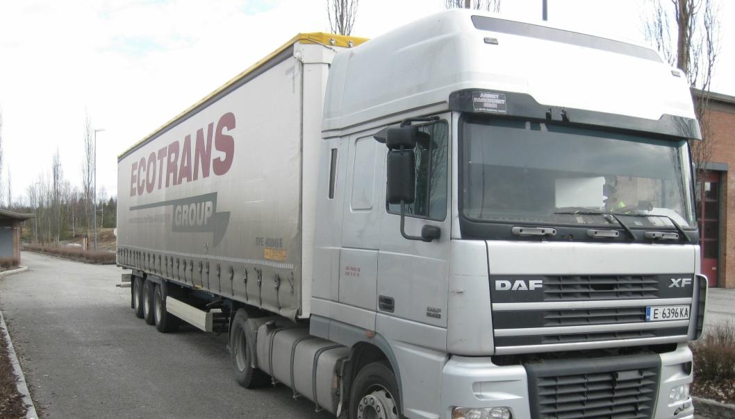 Tine-kartongene må vente til denne transporten får alt på stell eller varene blir lastet over til en annen lastebil.