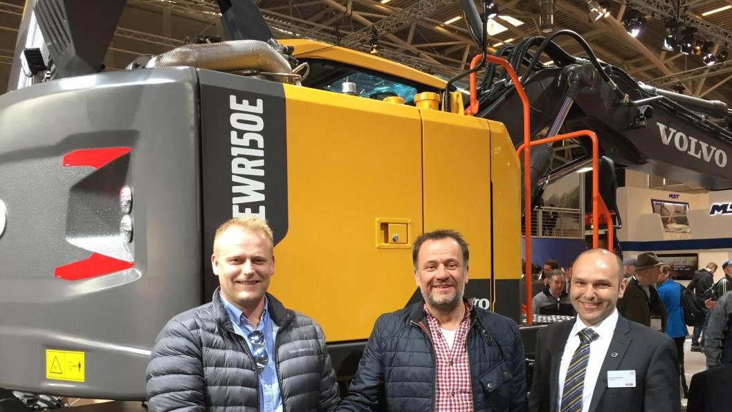 Dag Bjørnar Dønnum Jensen og David Kristianslund i Volvo Maskin takker Christian Walan (i midten) for tilliten.