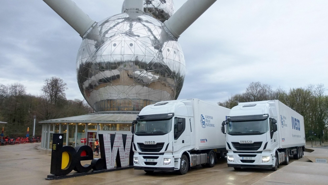 Iveco stilte med to halvautomatiserte Stralis-lastebiler i European Truck Platooning Challenge, verdens første grenseoverskridende prøvekjøring med smarte lastebiler.