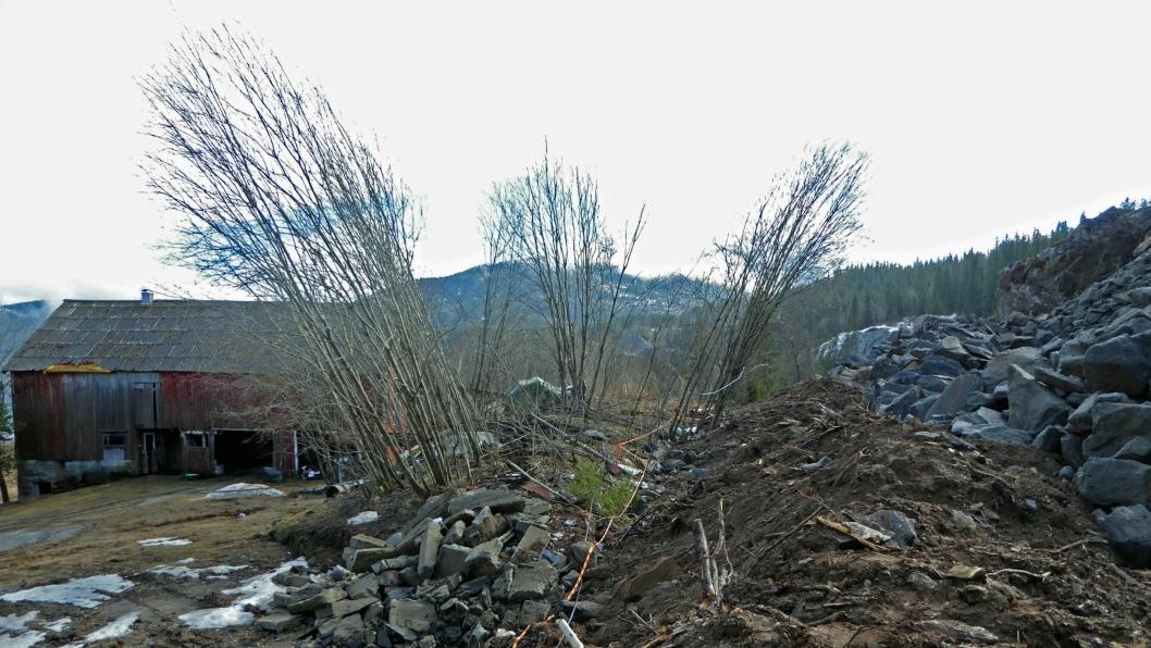 Vekten av steinmassene til høyre i bildet har presset terrenget opp i området foran. Last ned flere bilder i margen til høyre i saken.