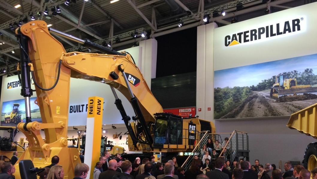 140 TONN: Cat 6015B er ny maskin på Bauma. Bakgraveren veier 140 tonn.