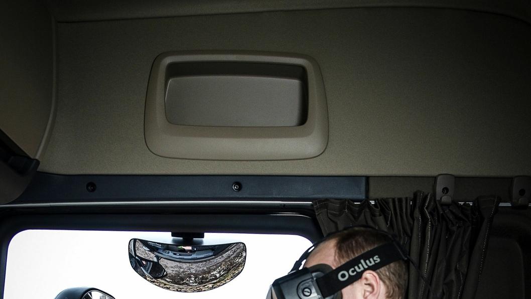 Med VR-briller foran øynene ser føreren nøyaktig hva som skjer med kranen bak på bilen. I fremtiden trengs kanskje heller ikke sjåføren.