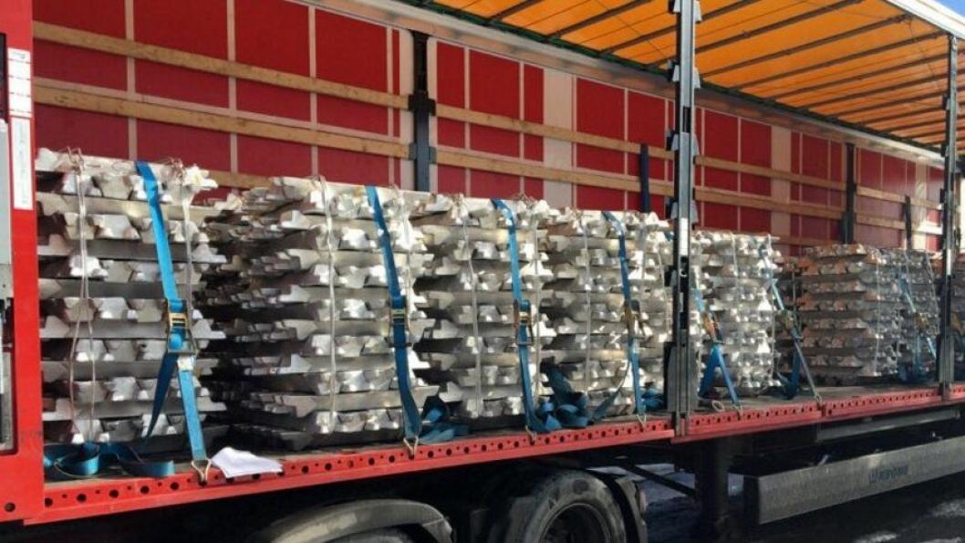 Sjåføren som kjørte denne aluminiumstransporten på riksvei 4 ble anmeldt til politiet av Statens vegvesen. Bildet ble lagt ut på Twitter @vegvesnost 14. mars.