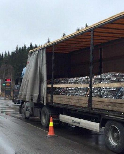 Det ble kjøreforbud på denne aluminiumstransporten 5. april på riksvei 4.