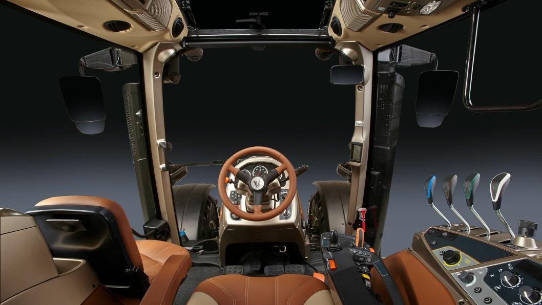 Innvendig i førerhuset er det blitt viet spesiell oppmerksomhet på brukervennlighet, ergonomi, komfort og sikkerhet, i tillegg til godt utsyn. Setet kan dreies 360 grader. Kundene kan bestille traktoren med skinninteriør.