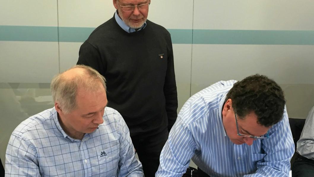 AVTALE: Frode Nilsen (f.v.), Thor Skjeggedal (begge NFF) og Olivier Vion (ITA) signerte på avtalen som gir et endelig klarsignal for at WTC kan arrangeres i Bergen om et drøyt år.