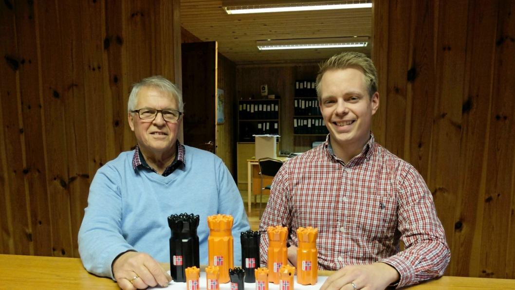 Tidligere daglig leder Roar Hellingsrud (til venstre) og sønnen og nåværende sjef Rune Hellingsrud viste i 2014 fram noen av de første borkronene som var produsert ved fabrikken i Hof.