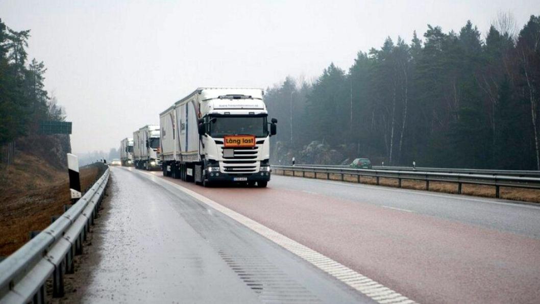 Her kjører Scanias «Rotterdam-konvoi» på offentlig vei i Sverige tirsdag 29. mars 2016.