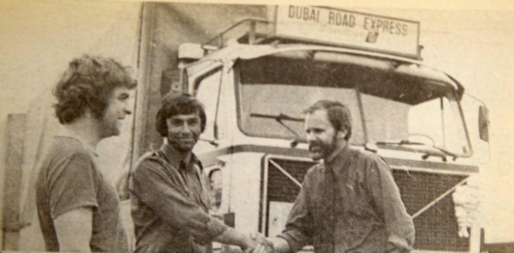 Etter første etappe på 7912 km til Qatar, blir den norske bilen og sjåførene, fra v. Jon Erik Torkildsen og Jon Bakke ønsket velkommen av innkjøpssjef Lars Gjøstein ved Qatar Fertiliser Company i Umm Said, som ved denne anledning mottok 13 tonn utstyr til fabrikken.