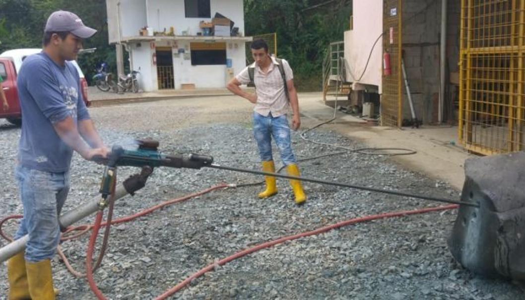 Gullgravere i Ecuador testet Monarks borstenger og -kroner da daglig leder Rune Hellingsrud var på besøk.