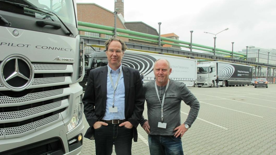 Daimlers Christian Ballarin og fører Hans Luft foran førerbilen med de to øvrige bilene bak. Luft har vært med under hele utviklingen av Daimlers selvkjørende lastebiler.