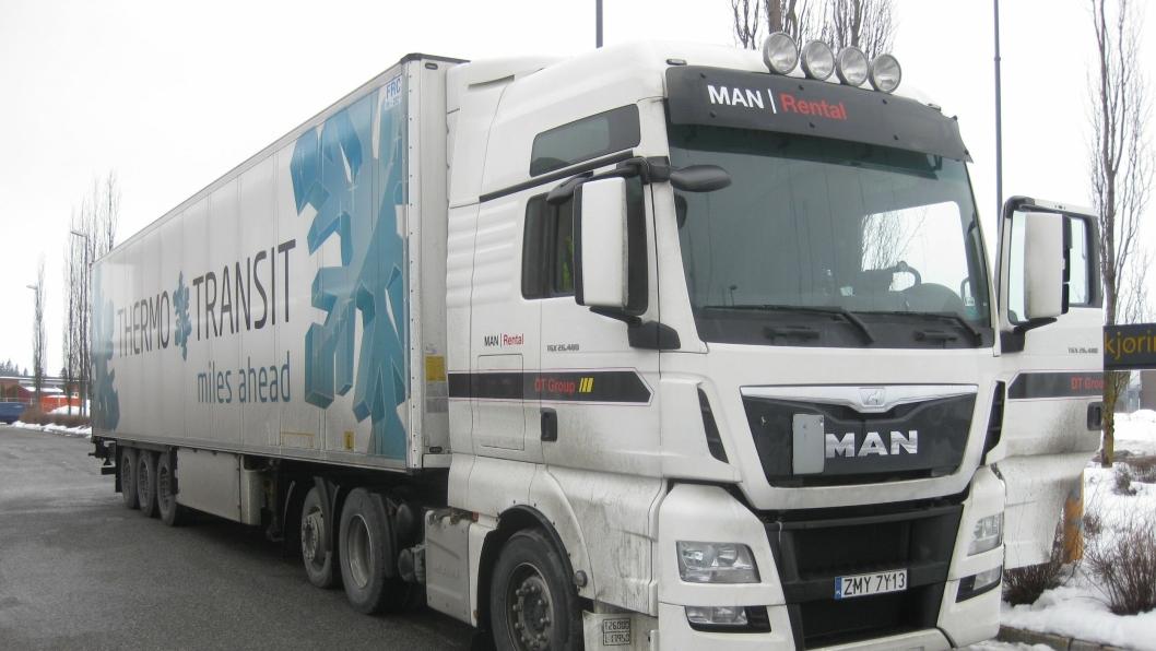 Denne polske trekkvogna hadde tre utslitte dekk og en sjåfør som kjørte på en annen persons sjåførkort da den ble stoppet lørdag 12. mars på oppdrag for Thermo-Transit Danmark A/S.