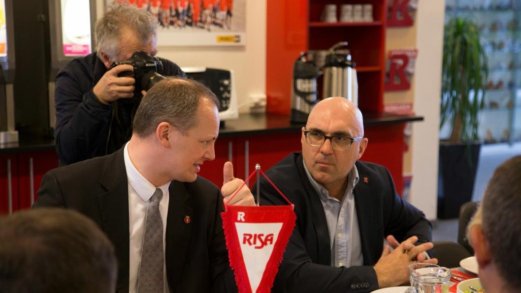 Samferdselsminister Ketil Solvik-Olsen og administrerende direktør i Risa AS, Trond V. Tvedt under statsrådens besøk hos bedriften i mars 2016.