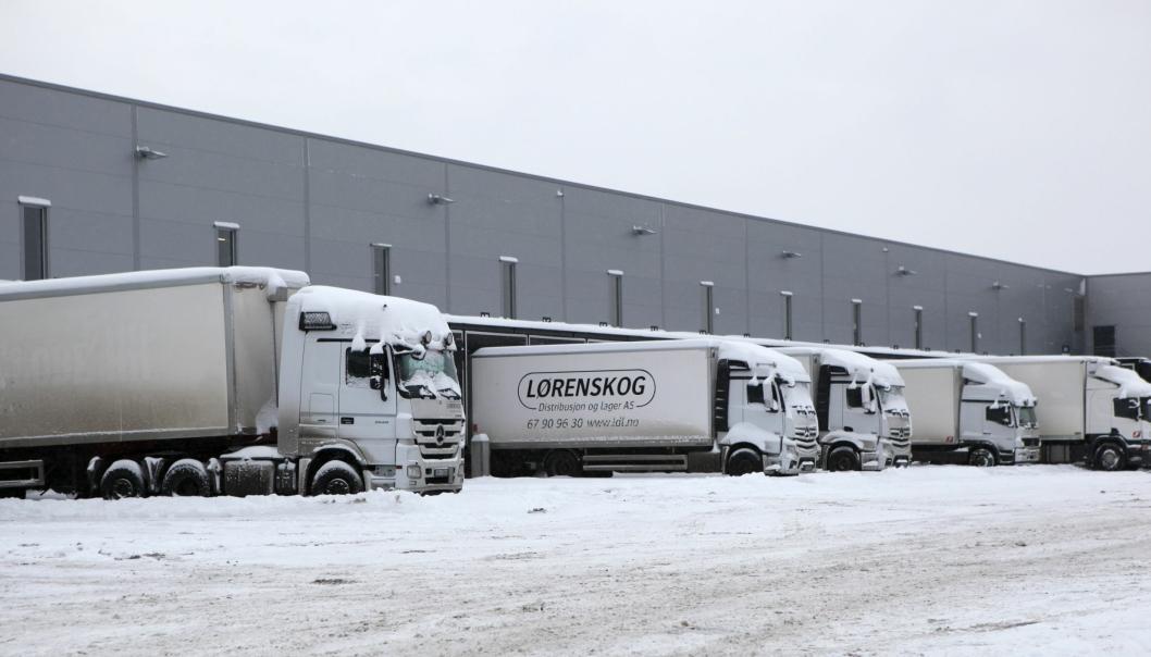 Bilene fra Lørenskog Distribusjon og Lager AS sto parkert mandag 11. januar på Langhus, i Akershus,  etter at DSV Road AS sendte ut en e-post med beskjed om at de betalte 15 prosent mindre for distribusjonskjøring fra mandag morgen. Fra 15. mars kjører de for andre enn DSV Road.