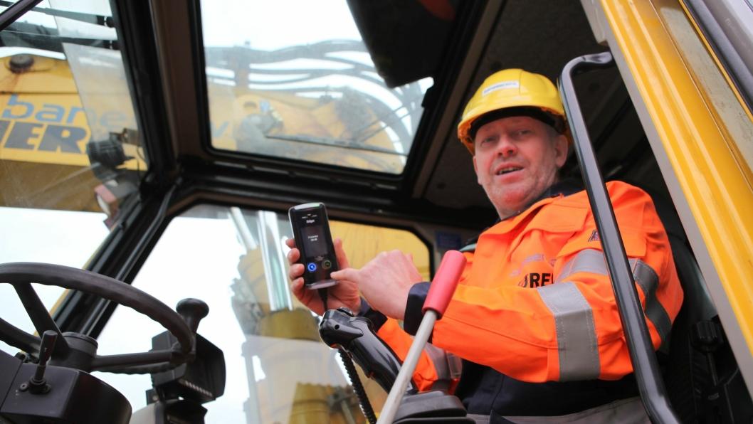 Maskinfører Hans Roger Folkeseth i Baneservice AS har «blåst grønt» og har en halv time på seg til å starte maskinen. Dersom ikke maskinen startes i løpet av den halve timen, må det blåses på nytt for å starte.