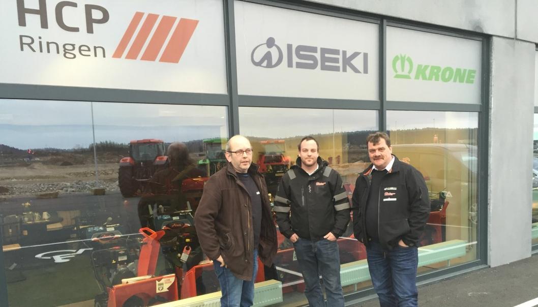 Fra venstre: Sven Salvesen, selger landbruk, Christer Johannessen, selger anlegg, daglig leder Kjell Aamland i Agder Traktormiljø AS.