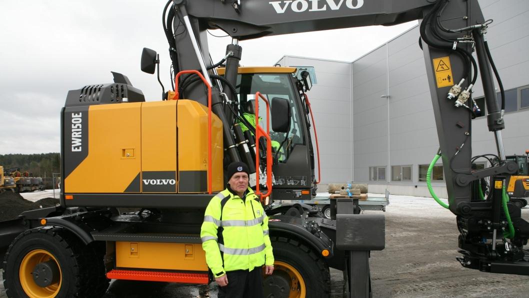 Nye Volvo EWR150E er konstruert med «tilbaketrukne» deksler på høyre side slik at demofører Lars Dahle (Volvo Maskin) kan se distriktssjef Svein E. Olsen (Volvo, Østfold) klart og tydelig.