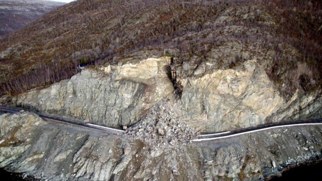 Høsten 2015 gikk dette steinraset over Vannbergan i Lerresfjord. Ingen personer eller kjøretøy befant seg i nærheten da raset gikk. Nå foregår det rassikring på fylkesveien.