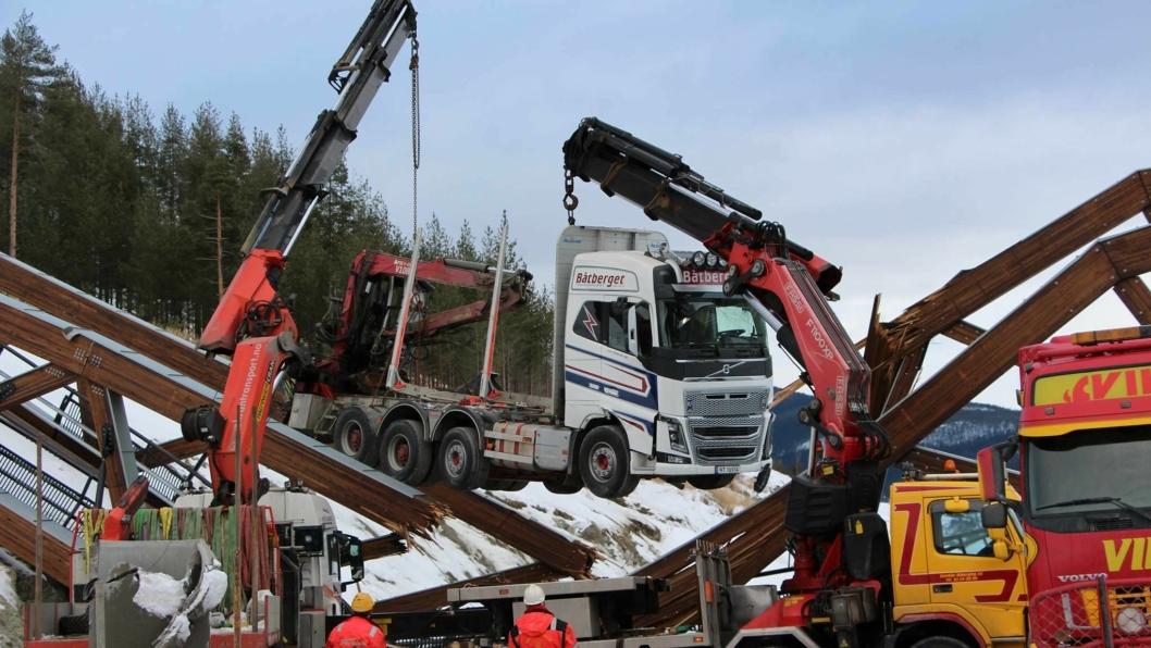 Opprydningsarbeidet ved brua begynte med at tømmerbilen ble heist bort fredag.
