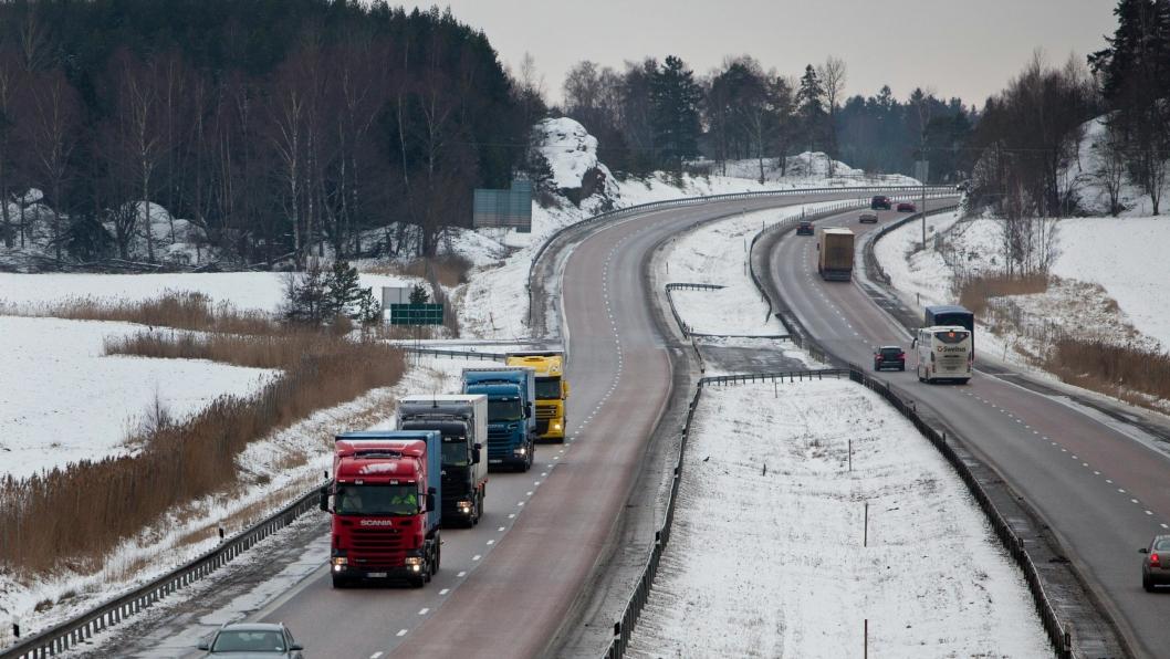 Når kjøretøyene snakker sammen kan lastebilene ligge tett på hverandre og spare mye drivstoff.