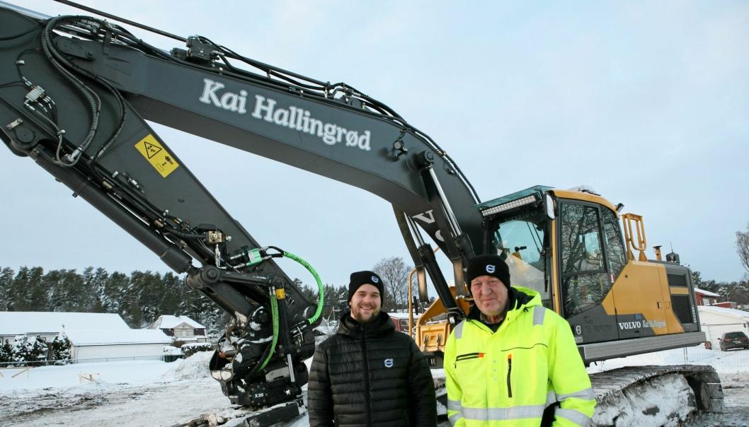 FORNØYD I KULDA: Kai Hallingrød (t.v.) og Nils Kristian Hjelmtvedt, Volvo Maskin avd. Vestfold, hutrer i minus 17 foran Volvo-graveren EC220E.