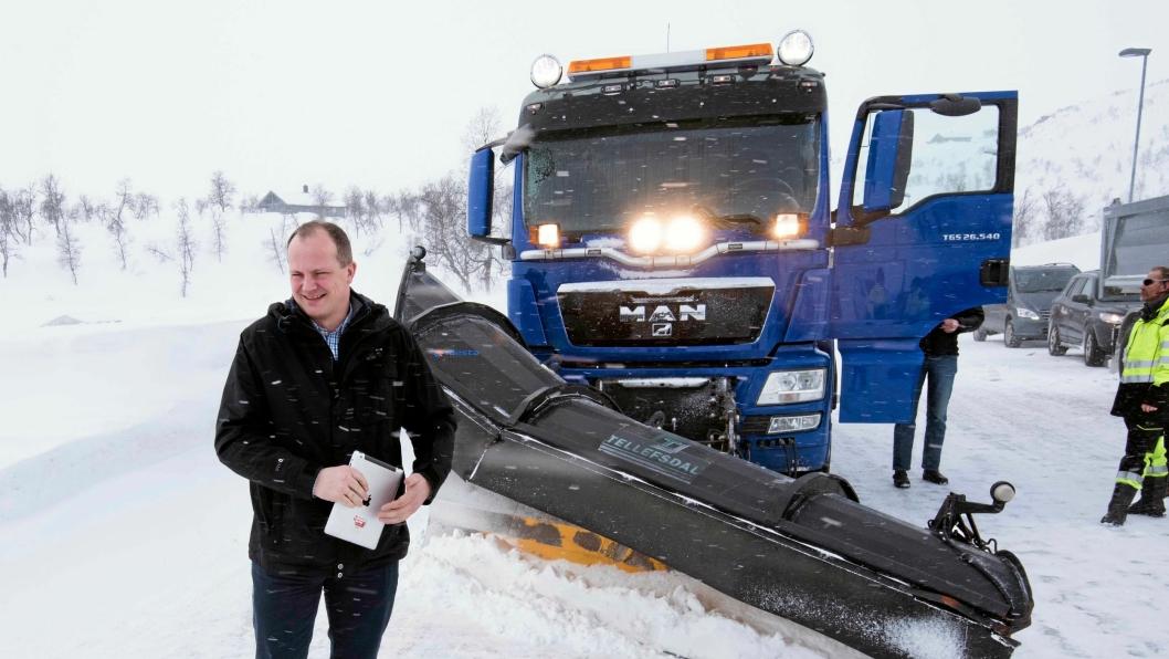 Samferdselsministeren viser til at stadig FÆRRE kontrakter går til utenlandske entreprenører, og at de norske klarer seg godt i konkurransen.