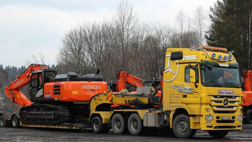 Her kjøres 32-tonneren av gårde fra Nastas anlegg i Larvik på vei til Vik i Sogn.