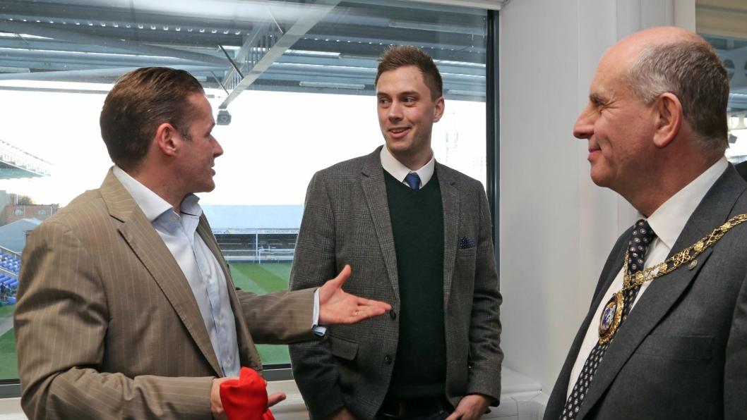 STOR BEGIVENHET: Graham Westley, Manager i Peterborough Utd FC , Chris Miller, CEO i Abax UK, og John Peach, ordfører i Peterborough feirer åpningen av det nye kontoret.