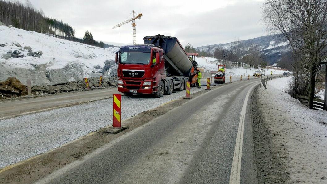 Asfaltlegging på E6 i Gudbrandsdalen i februar 2016.