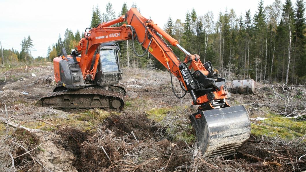 Skuffa settes ned i marka og blottlegger mineraljorden slik at det skapes gode vekstvilkår for den kommende skogen.