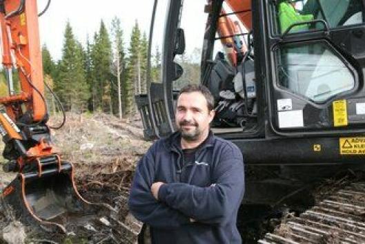 Maskinfører Arne Lie er fornøyd med den ny Forest Hitachi-graveren.