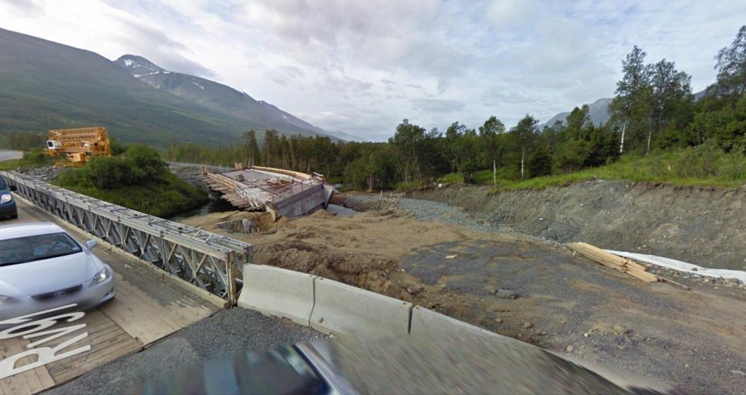 Da Google-bilen kjørte forbi Breivikeidet bru sommeren 2010 var det tydelige setningsskader på den nye brukonstruksjonen.