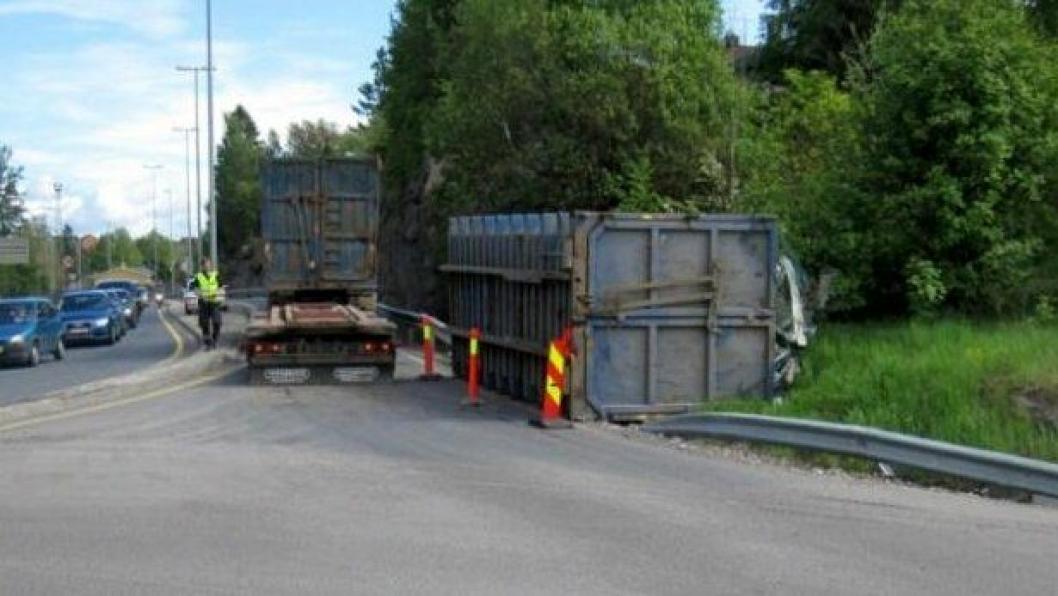 Bilde fra ulykke med krokcontainer i Fredrikstad 16. mai 2011.