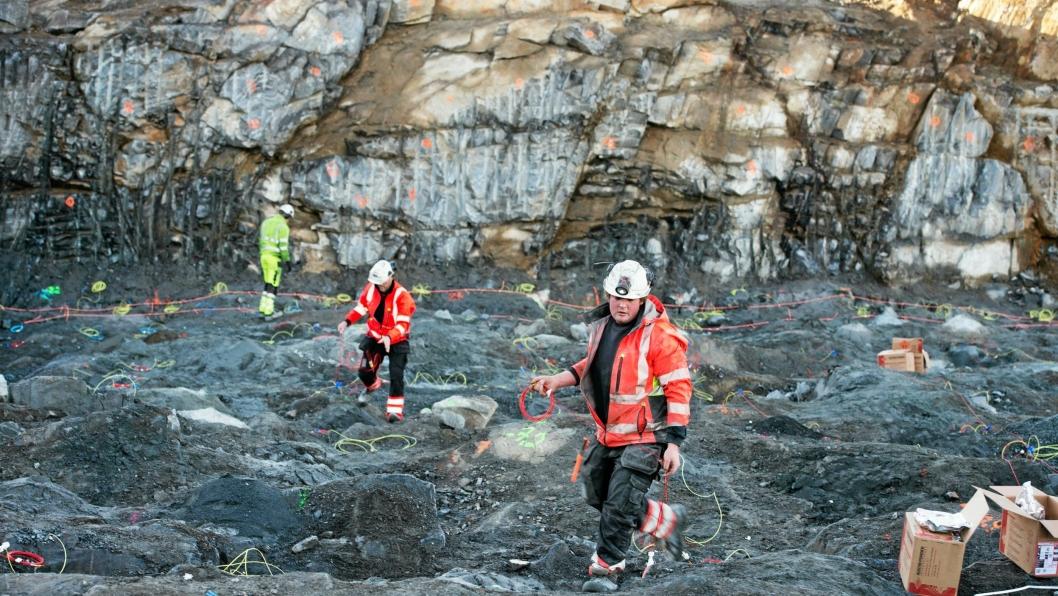 Arbeidere gjør klar en kraftig salve i forbindelse med utbygging av E134 ved Kongsberg. Det skjer i trygge rammer.