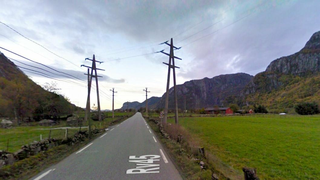 Høyspentmaster står ellerede i dag nær veien i Dirdal i Rogaland. Når veien skal legges om er det oppstått en konflikt med høyspenttraseen som utsetter veiprosjektet med ett år.