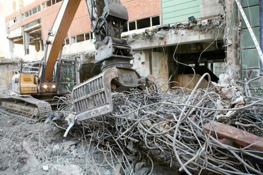 En Cat 336 (40 tonn) forsyner seg grovt i haugen av armeringsjern.