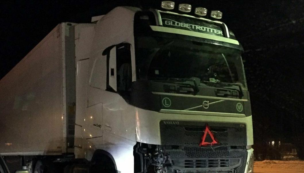 Fronten på lastebilen var smadret og ingen lykter virket.