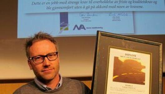 BEVISET: Arbeidsleder Rolf Sigmund Vøien med diplomet som beviset på at Veidekke-teamet gikk til topps i konkurransen om Årets Asfaltjobb 2015.