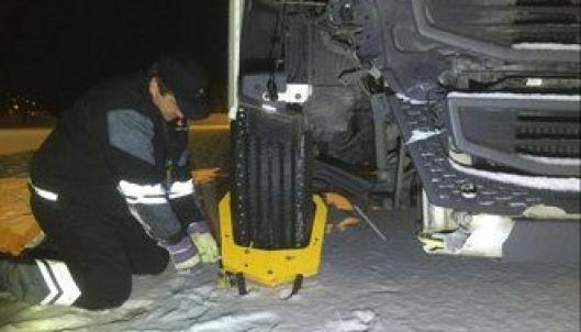 Lastebilen fikk påmontert hjullås. Nå må selskapet velge om de skal hente bilen med bergingsbile eller reparere den i Norge.