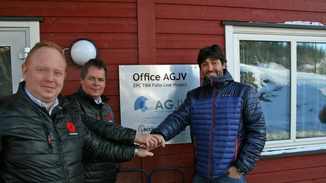 Jan Brock Støa (fra venstre), selger Utleiesenteret, Morten Dahl, salgs- og markedssjef Utleiesenteret og Javier García Giménez, procurement engineer AGJV forsegler avtalen med et håndtrykk.