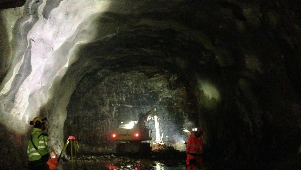 Entreprenøren driver kartlegging etter en salve i tunnelen i begynnelsen av desember.