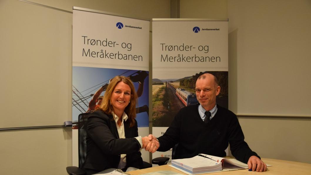 Direktør Infrastrukturprosjekter i Jernbaneverket, Jon Brede Dukan og adm.direktør i Sweco, Grete Aspelund, er begge godt fornøyd med kontrakten og ser fram til et godt samarbei.