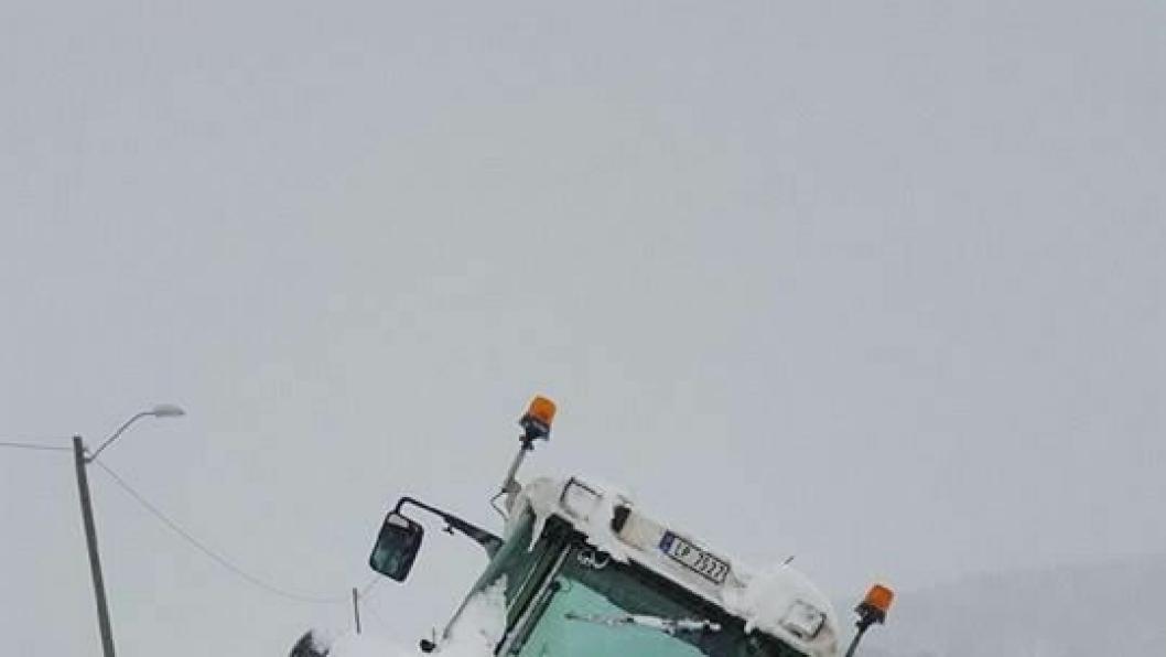 Slik endte det med traktoren når børytestikka var flyttet et par meter utenfor veien.