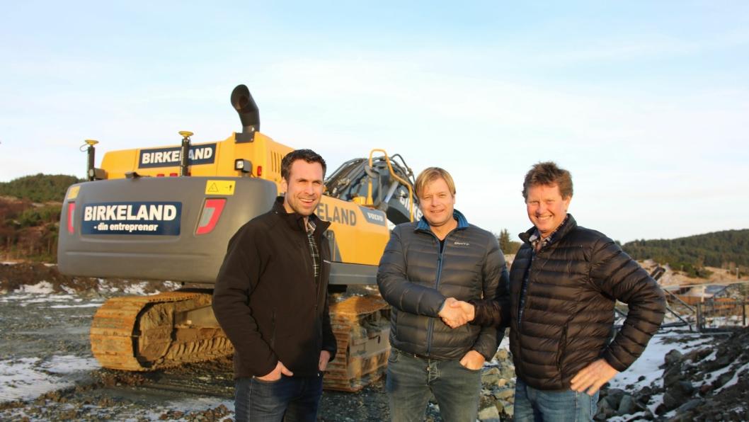 Fra venstre: Driftsleder i Bjelland AS, Joakim Hetland, daglig leder i Birkeland Maskinentreprenør, Kai Peder Birkeland, og daglig leder i Bjelland AS, Ole Bjelland.