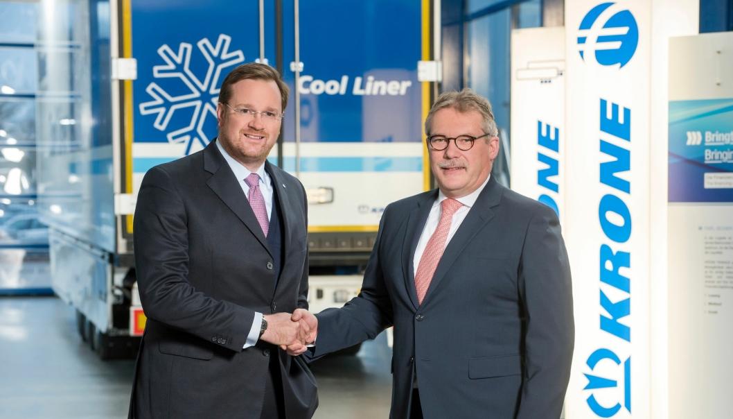 Dr. Bernard Krone i Fahrzeugwerk Bernard Krone GmbH (t.v.) og Bernd Brüggen i Brüggen Fahrzeugwerk & Service GmbH er enige om å fusjonere virksomhetene til Krone Commercial Vehicle Group.