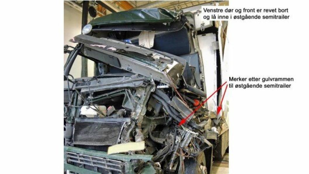 Bilde av Volvo-en til sjåføren som ble hardt skadet i ulykken som skjedde på E39 ved Flekkefjord 22. oktober 2014. Bildet med forklaringer er hentet fra «Rapport om møteulykke mellom to vogntog på E39 ved Lavolltunnelen i Flekkefjord onsdag 22. oktober 2014» av Statens havarikommisjon for transport (SHT).